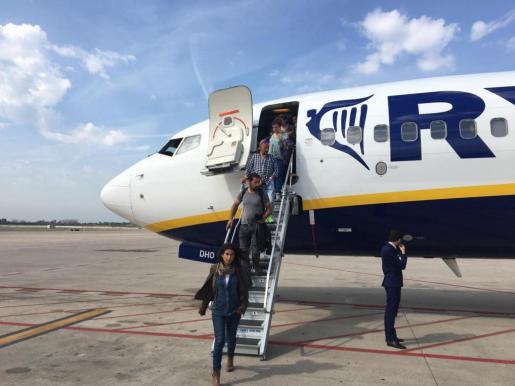 Los pasajeros del vuelo FR 8140 a su llegada a Barcelona.