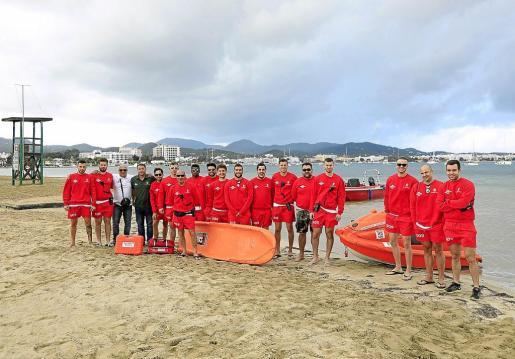 Imagen del equipo de socorristas que atenderá y vigilará las playas de Sant Antoni este año.