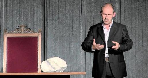 En la imagen, conferencia de Angelo Camerlenghi, miembro del Istituto Nazionale di Oceanografia e di Geofisica Sperimentale (organismo público de Italia) y uno de los investigadores de la red Medsalt. Camerlenghi aparece junto a una roca de sal, objeto de estudio de Medsalt.