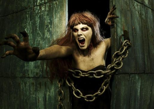 Amaia Salamanca, casi irreconocible bajo el maquillaje que la ha convertido en una zombie.