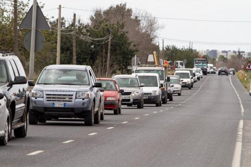 Tráfico en la carreterade Santa Eulària en el tramo de Ca na Negreta.