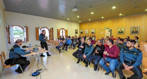Imagen de la charla informativa impartida por agentes del Equipo Roca a vecinos de Sant Josep, el pasado 24 de abril.