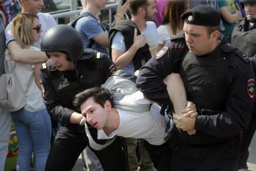 La policía ha llevado a cabo más de 1.200 detenciones en Rusia en una protesta ante la investidura de Putin.