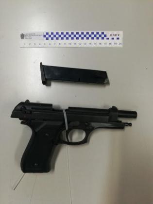 Pistola detonadora intervenida por los agentes a un joven en el West.