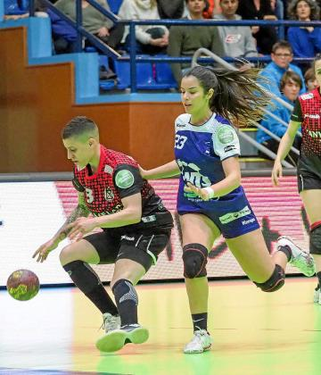 Ana González presiona a una jugadora del Canyamelar Valencia.