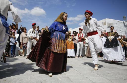 Una de las parejas que salieron a bailar a las puertas del Puig de Missa.