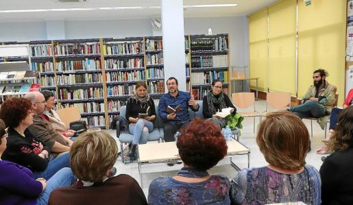 Los asistentes disfrutaron con la lectura de Vicent Tur en la Biblioteca Municipal de Santa Eulària.