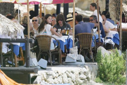 Carles Puyol y Malena Costa, durante una comida este verano en Eivissa.