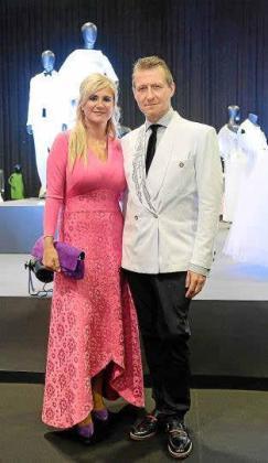 Marta Díaz vestida de Pedro Rodríguez con el comisario de la exposición 'Vísteme: de la Alta Costura al Arte', Pedro de Saavedra.