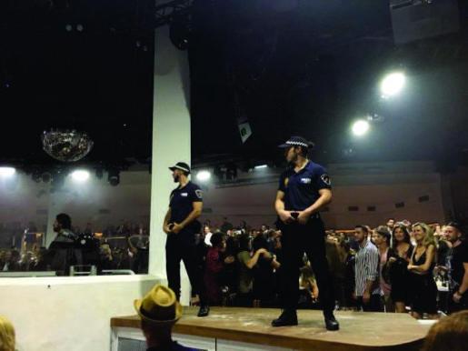 Los dos trabajadores vestidos con uniformes policiales idénticos a los oficiales durante la fiesta de reapertura de la discoteca, el pasado viernes 4 de mayo.