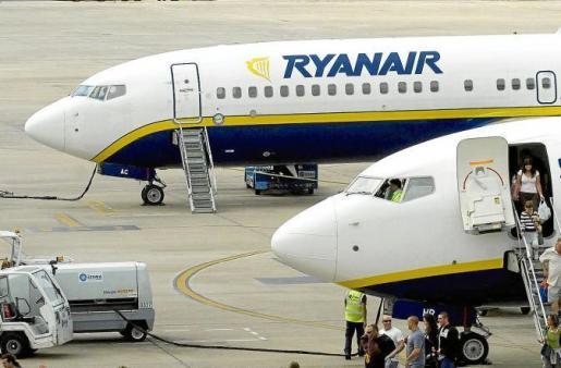 El retraso del vuelo provocó que la mayoría de los pasajeros durmieran en el aeropuerto de El Prat a la espera de su vuelo a Ibiza.