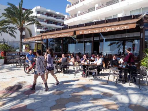 Los turistas gastan de media más dinero en sus vacaciones en Mallorca que en las Pitiusas.