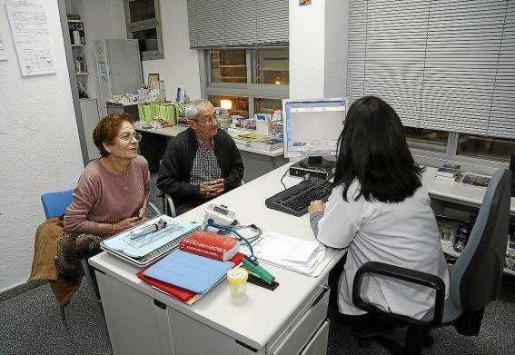 Una médico del centro de salud de Son Gotleu atendiendo a sus pacientes.