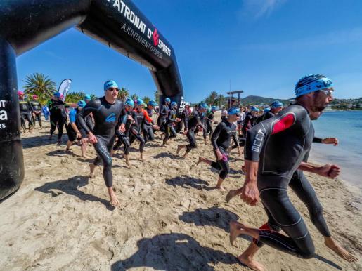 Momento de la salida de la carrera de 3.000 metros de la Travesía Ibiza Patrimonio de la Humanidad en la playa de Talamanca.