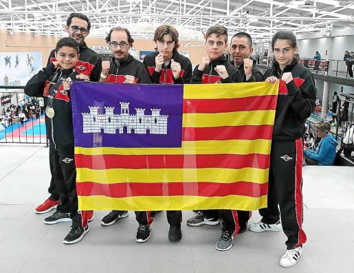 La expedición ibicenca posa con la bandera de Illes Balears.