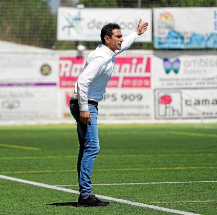 El técnico Dani Mori da indicaciones en la banda del municipal de Santa Eulària.