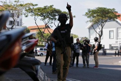 Un ataque suicida deja al menos siete policías muertos frente a una comisaría en Indonesia.