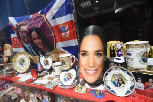 Varios productos temáticos de la boda entre el príncipe Enrique y la actriz estadounidense Meghan Markle son vendidos en una tienda de Windsor.
