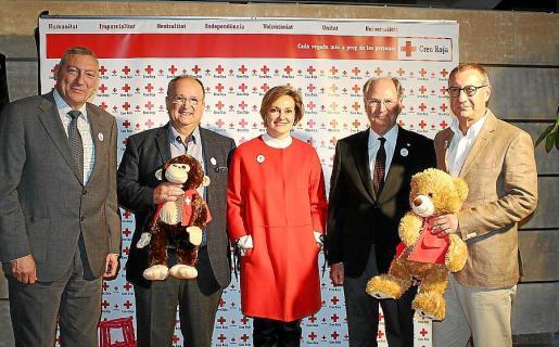 El comandante general de Baleares, Juan Cifuentes; Lluís Salvá, la presidenta de Bona Llum, Elena Palomeque; Antoni Barceló, presidente de Creu Roja; y Tolo Camps, vicepresidente de Bona Llum.
