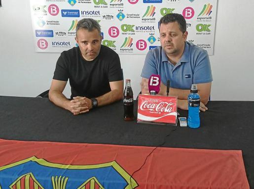 Juan Arsenal, a la izquierda, y Xicu Ferrer, ayer durante la rueda de prensa ofrecida en el Campo Municipal de Sant Francesc.