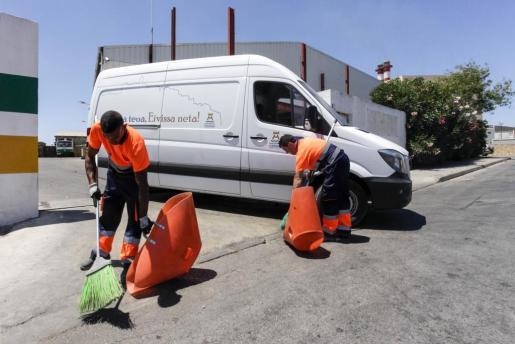 Trabajadores de la empresa Valoriza en el municipio de Vila.