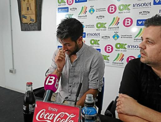 Marcos Contreras, acompañado por el presidente Xicu Ferrer, se emociona durante la rueda de prensa de ayer.