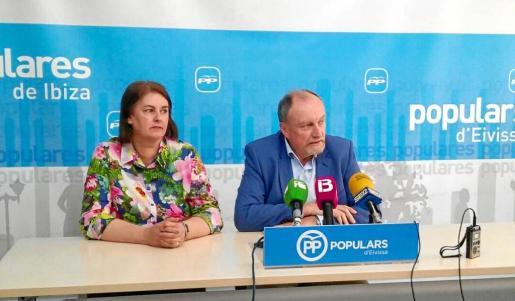 Los consellers del PP Carmen Domínguez y Mariano Juan comparecieron ayer ante los medios de comunicación en la sede de su partido en Vila.