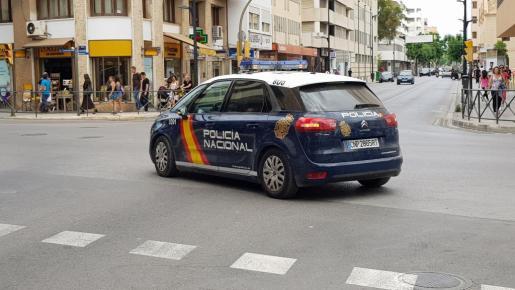 Imagen de un coche patrulla por el centro de Vila.
