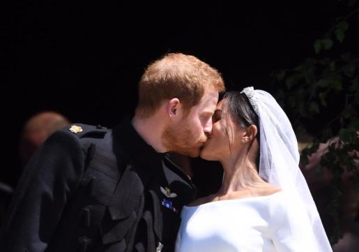 El beso, uno de los momentos más esperados, se ha producido a la salida del ya matrimonio de la capilla de San Jorge.