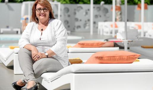 Ángeles Nogales posa en el interior del complejo Ibiza Sun Apartments.