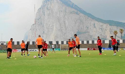 El UD Ibiza se entrenó ayer a la sombra del Peñón de Gibrarltar en el campo de La Línea de la Concepción.