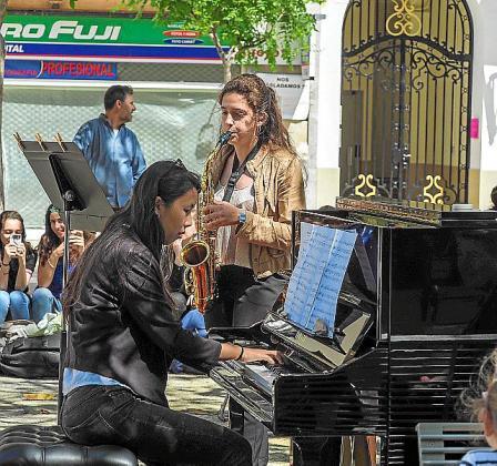 Los conciertos de los alumnos del Conservatorio levantaron una notable expectación entre los transeúntes.