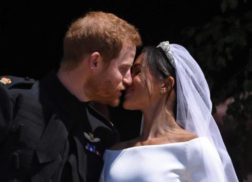 El príncipe Harry y Meghan Markle se besan durante un instante de su boda.