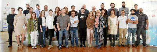 Fotografía con finalistas, reservas y organizadores del proyecto Connect'Up, esta semana en la sede de Palma Activa.