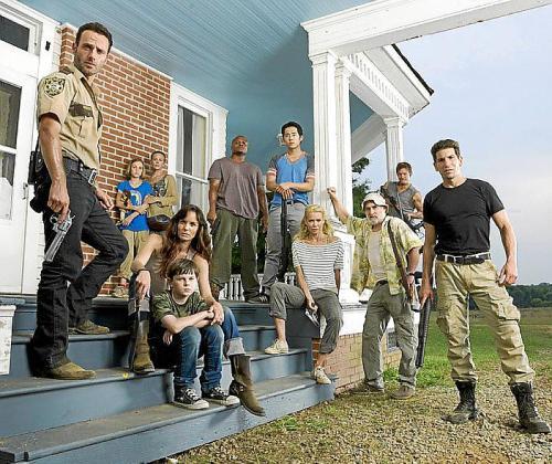 Los protagonistas de la serie, de nuevo acosados por los zombis.