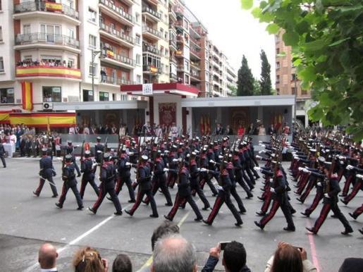 Los Reyes presiden un multitudinario desfile de las Fuerzas Armadas en Logroño.