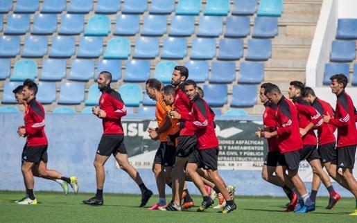 Los jugadores de la UD Ibiza realizan carrera continua durante el último entrenamiento antes de recibir al Algeciras.