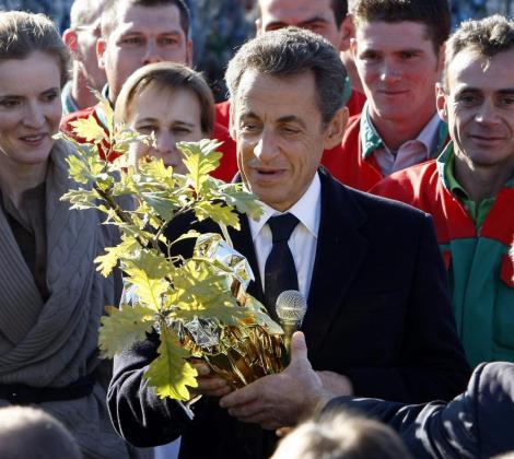 El presidente francés recibe un detalle de un ciudadano.