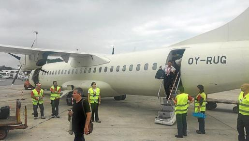 Vuelo de la compañía Air Nostrum a su llegada ayer al aeropuerto de Ibiza.