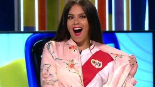 Cristina Pedroche mostrando su camiseta del Rayo Vallecano durante el programa.