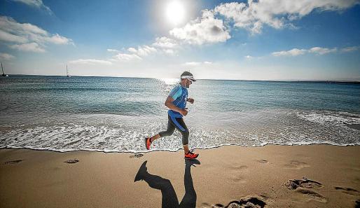La jornada de ayer tuvo lugar junto a La Savina y contó con solamente ocho kilómetros de recorrido con el fin de que los participantes recuperen fuerzas antes de la media maratón de mañana.