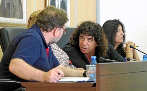 Rafa Tur, que ayer tomó posesión de su cargo como nuevo concejal del PP, charla con Vicent Torres de Al-In.