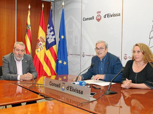 De izquierda a derecha, Gonzalo Juan, Vicent Torres y Viviana De Sans, ayer, en rueda de prensa.