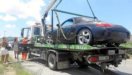 El potente coche deportivo fue rescatado de entre el cañaveral por una grúa.