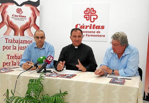 Gustavo Gómez, Miguel Ángel Riera y Joan Marí presentaron ayer la memoria de Cáritas de 2017.