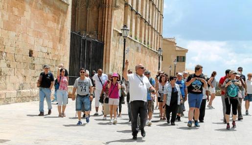 Un grupo de turistas esta semana en los alrededores de la Seu.