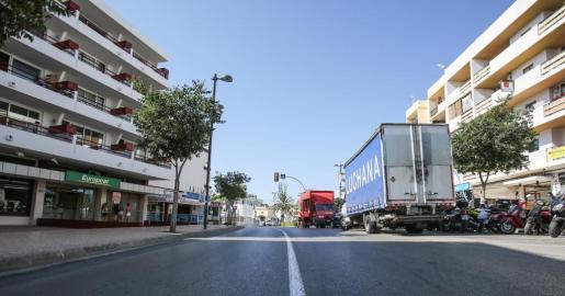 EIVISSA. CALLES. PASANDO POR NUESTRAS CALLES. Avenida Pere Matutes Noguera que discurre paralela a la Platja d'en Bossa y la de es Viver.