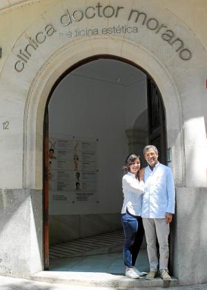 El doctor Alberto Morano junto a su hija Aina, quien también trabaja en la clínica.