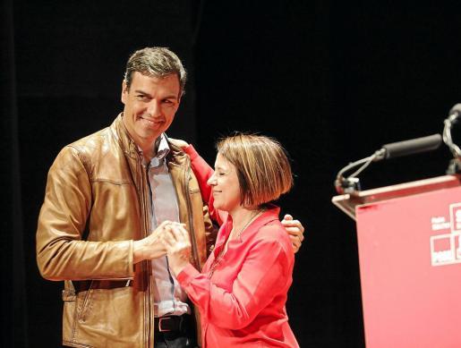 Pedro Sánchez y Sofía Hernanz se abrazan en el mitin que dio en Ibiza durante las primarias del PSOE el año pasado.