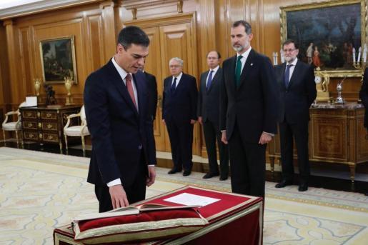 Sánchez es el primer presidente en la historia de la democracia de España que prescinde de símbolos religiosos como la Biblia y el crucifijo.